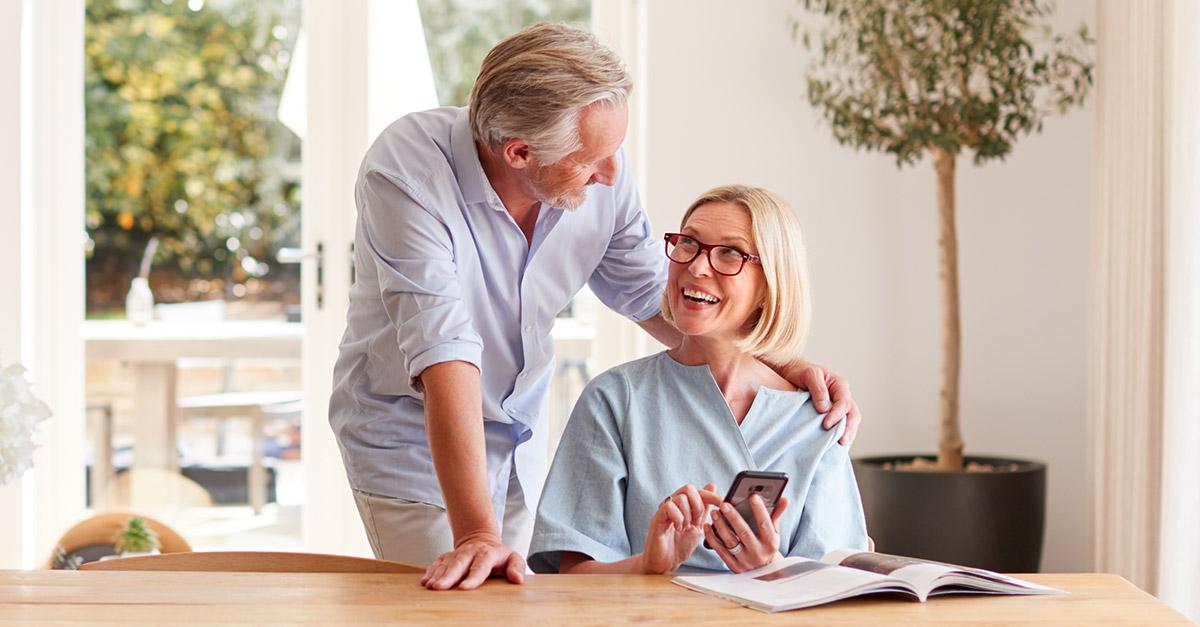 Paar liest im Immobilien-Blog der BERGER GRUPPE die 7 Gründe für ihre neue Wohnung am Kinoberg in Röthenbach